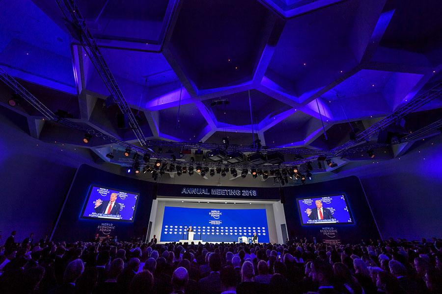 1月26日當地時間下午二時,美國總統特朗普在達沃斯世界經濟論壇閉幕儀式發表演講。圖為現場。(AFP PHOTO / Fabrice COFFRINI)