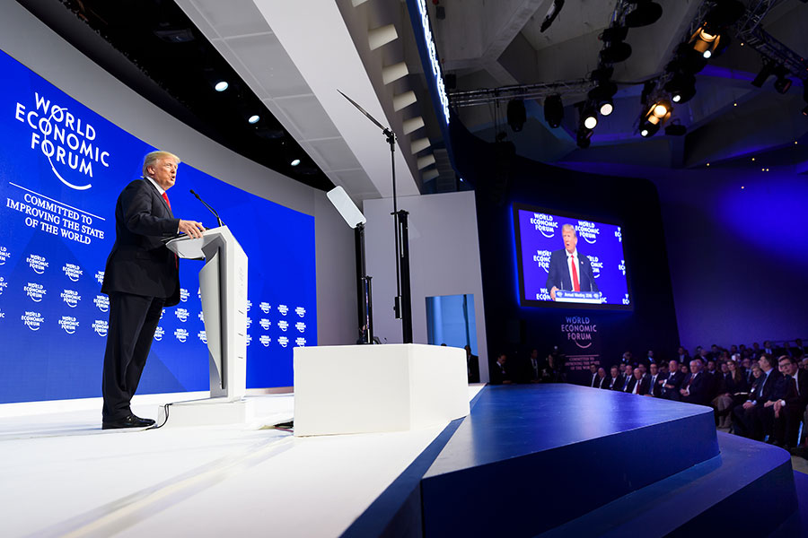 周五(1月26日),幾乎全球媒體的目光都聚焦在美國總統特朗普身上,而全球投資者和各國領導人也都在努力消化特朗普在瑞士達沃斯世界經濟論壇上的演講內容。(AFP PHOTO/Fabrice COFFRINI)