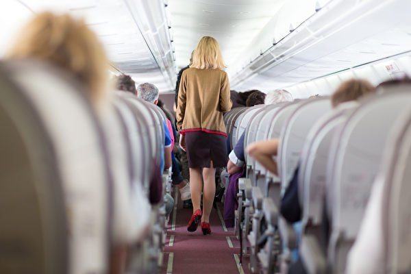 美國空姐透露說,在飛機上最好不要點沖泡的咖啡來喝,以免生病。圖為客艙走道上的空姐。(Fotolia)