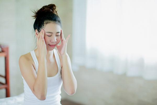 天冷容易出現風寒型頭痛和壓力型頭痛,可以按摩穴位舒緩頭痛。(Shutterstock)