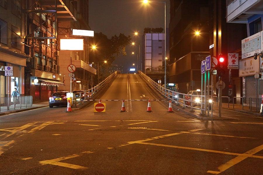 警方封鎖菲林明道天橋。(陳仲明/大紀元)