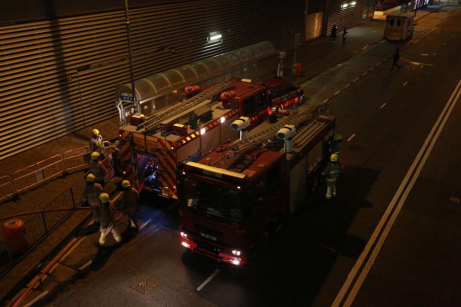 晚上10時許,大批消防員在港灣道戒備。(陳仲明/大紀元)
