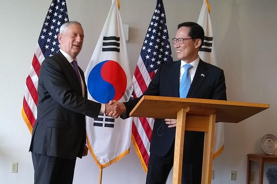 美國防長馬蒂斯(左)與南韓防長宋永武當地時間26日在夏威夷舉行會談。(AFP PHOTO / Sylvie LANTEAUME)