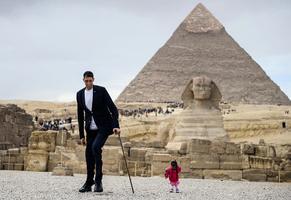 世界最高男vs.最矮女 在金字塔前同框亮相