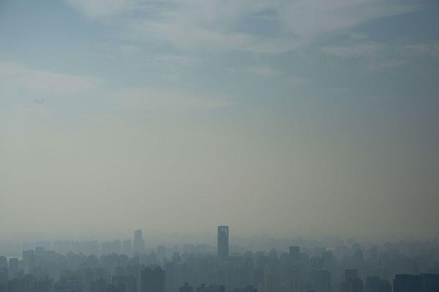 日前,中共上海官場換屆結束。圖為2014年11月21日上海籠罩在陰霾中。(JOHANNES EISELE/AFP/Getty Images)