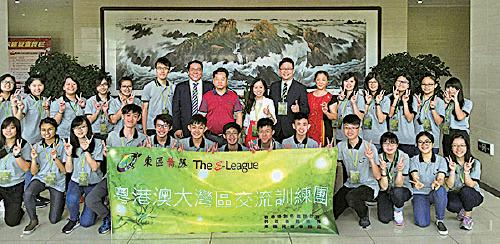 中共珠海市委統戰部官網報道選舉主任鄧如欣( 白衣)去年以東區民政專員身份帶團訪問當地,並與官員會面。(珠海市委統戰部圖片)