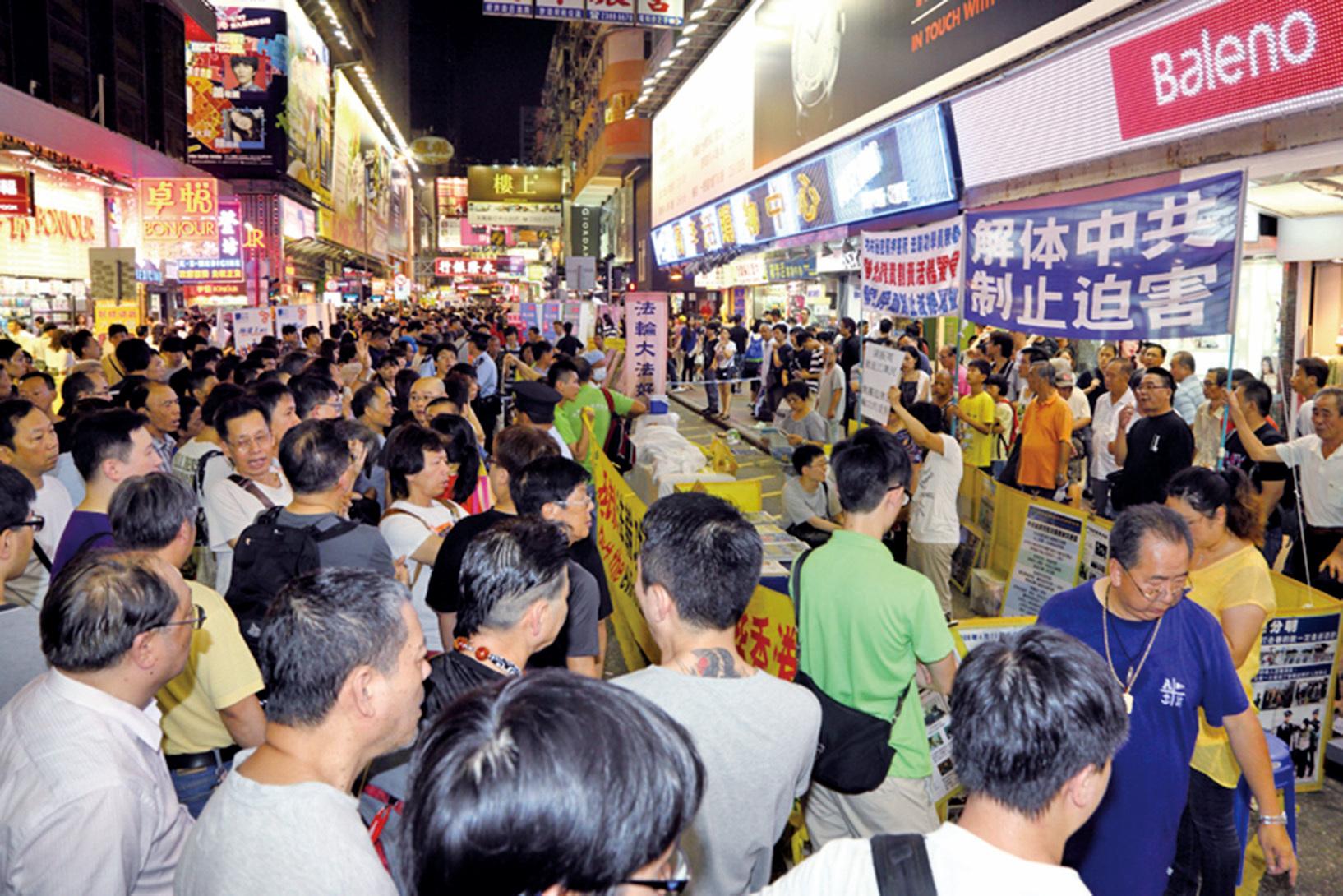 自2012年6月以來,中共江澤民集團及前香港特首梁振英撐腰的「香港青年關愛協會」(青關會)侵擾多個法輪功真相點,使出多種粗暴流氓招術。(大紀元)