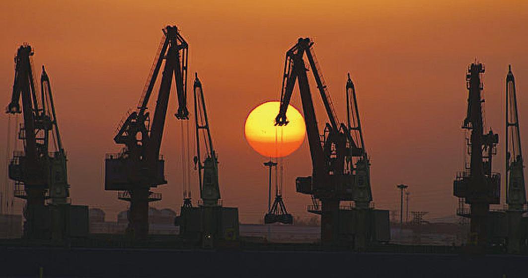 圖為2013年10月10日,山東省日照市日照港的起重機。(STR/AFP/Getty Images)