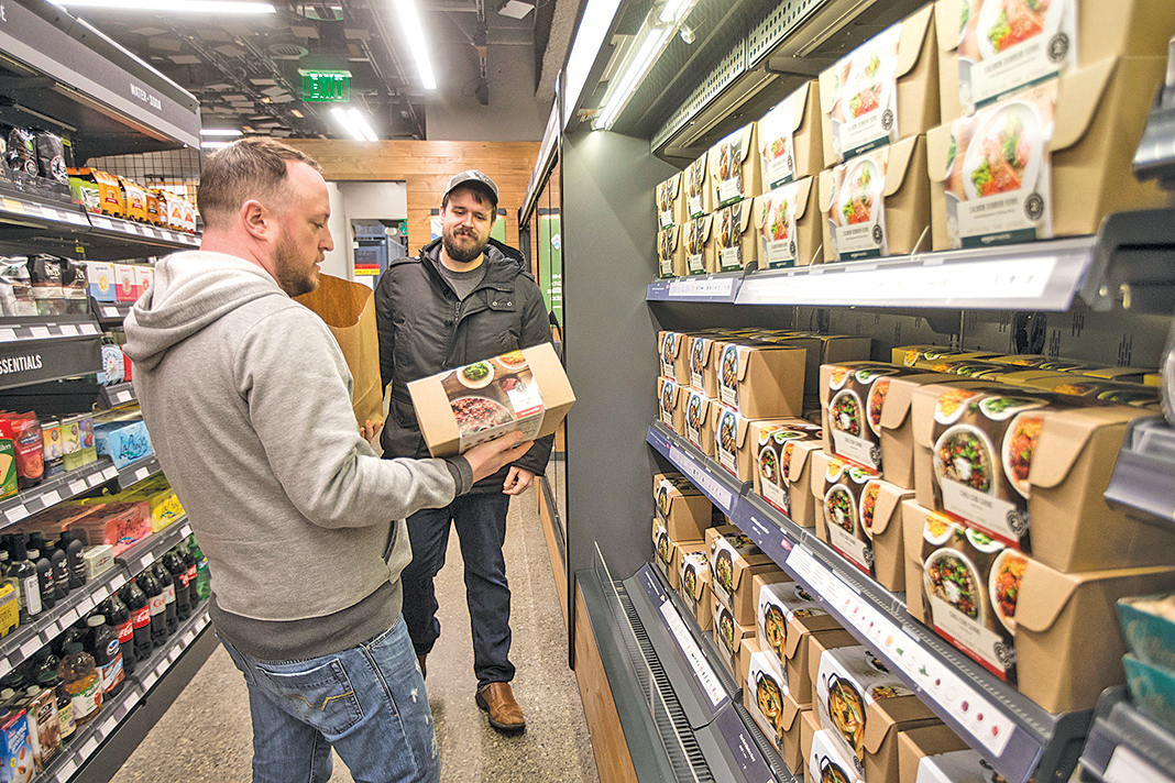 人們在Amazon Go無人收銀便利店選購商品。(Stephen Brashear/Getty Images)