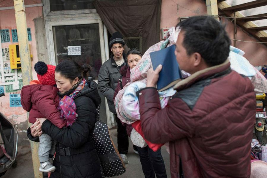 近日北京市第十五屆人大會議上,代市長陳吉寧稱今年在京將繼續清拆違建、轉移人口。圖為北京官方強行驅逐「低端人口」後,不少居民被迫離開家園。(FRED DUFOUR/AFP/Getty Images)