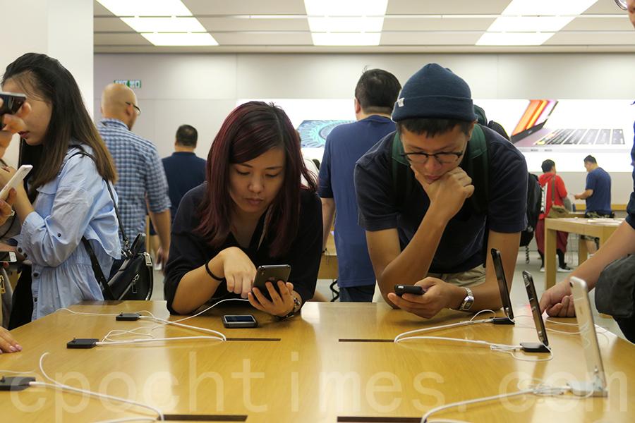 陸媒指富士康鄭州廠延長過年假期至23天,鴻海不予評論。圖為市民在九龍塘又一城Apple Store分店內試用iPhone X。(陳仲明/大紀元)