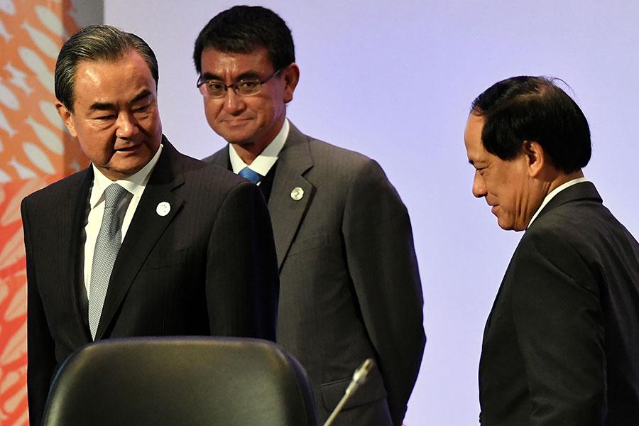 中共外交部部長王毅周日(1月28日)告訴日本外相河野太郎,中共希望跟日本合作,建立更友善的關係,拋開一系列糾紛。(MOHD RASFAN/AFP/Getty Images)