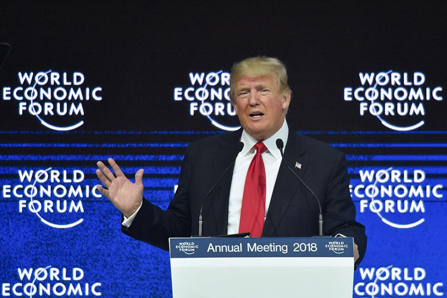 1月26日,特朗普在達沃斯世界經濟論壇閉幕儀式發表演講,強調「美國優先不意味著美國孤立」。(AFP PHOTO/Nicholas Kamm)