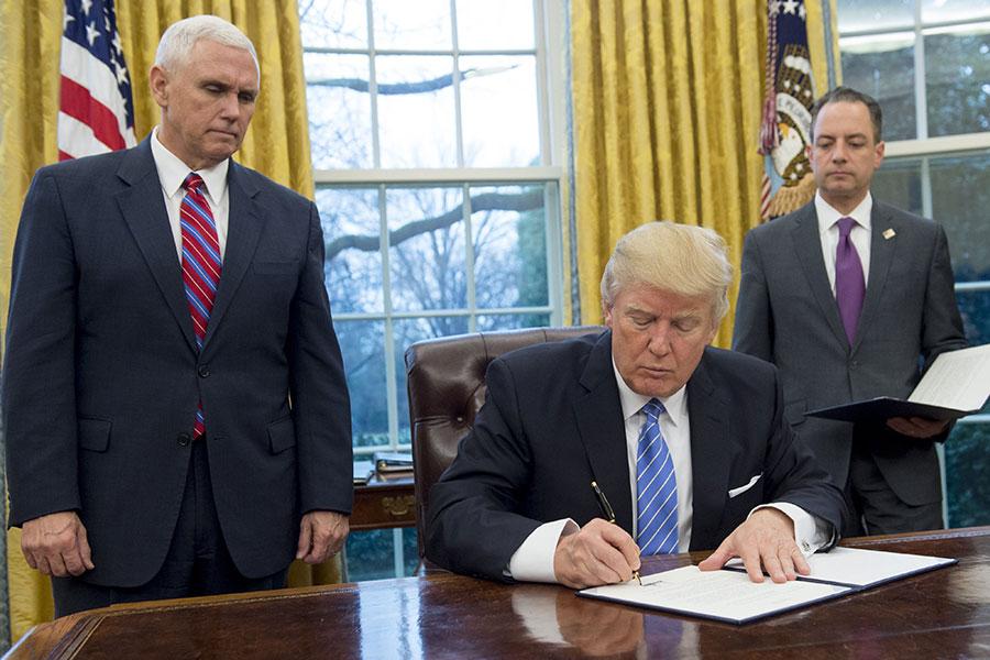 去年1月23日,特朗普簽署行政令退出TPP。(SAUL LOEB/AFP/Getty Images)