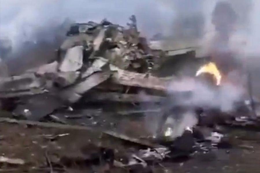 1月29日,中共一架軍機墜毀在貴州境內,官方封鎖相關消息,但飛機型號、死亡人數等遭網絡曝光。圖為事故現場。(視像擷圖)