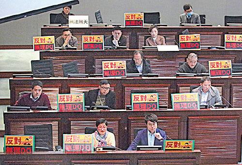 民主派議員連番追問鄭若驊是否有參與DQ周庭參選之決定,又質疑她其身不正。(蔡雯文/大紀元)