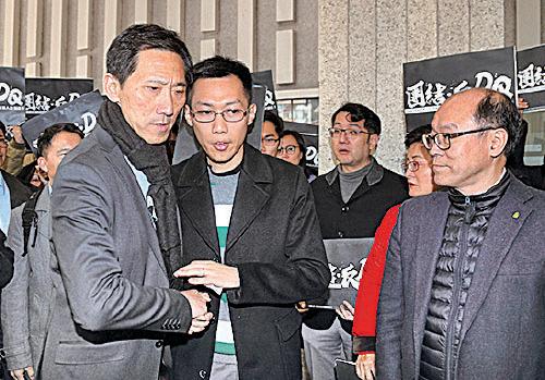 民主黨袁海文(中)下午報名參選九龍西,以防姚松炎被政府DQ。(李逸/大紀元)