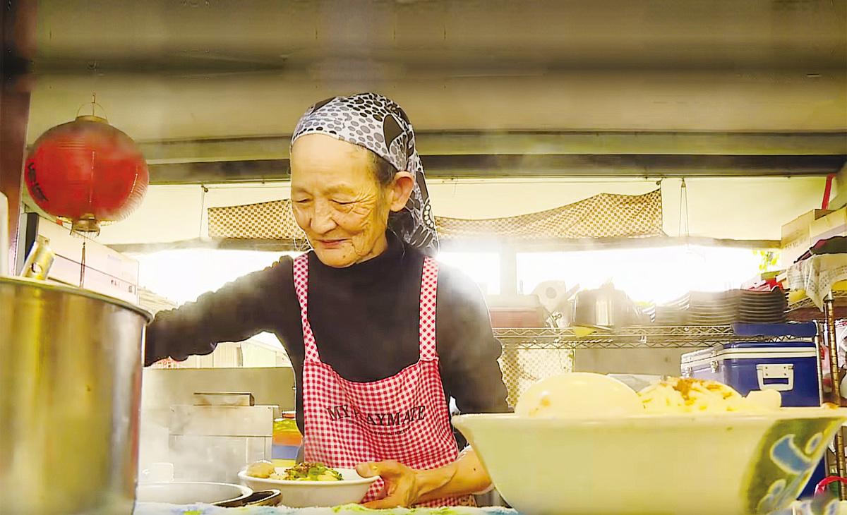 一名85歲高齡的婆婆在台灣虎尾科技大學旁經營超低價小吃店,月虧10萬台幣,助學生溫飽。(影片截圖)
