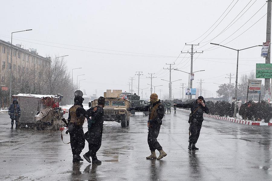 在1月29日的襲擊中,阿富汗軍方活捉一名武裝份子。(WAKIL KOHSAR/AFP/Getty Images)