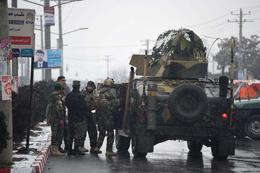 周一(1月29日),阿富汗首都喀布爾一軍事基地遭襲擊,造成至少11名士兵死亡、16人受傷。伊斯蘭恐怖份子(IS)宣稱犯案,但引發外界質疑。(WAKIL KOHSAR/AFP/Getty Images)