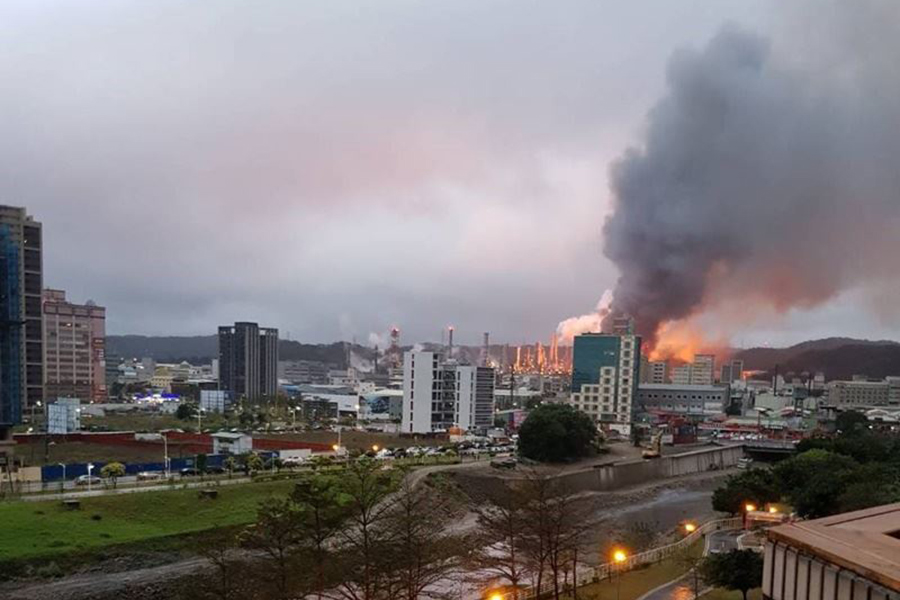 台灣中油公司桃園煉油廠29日清晨傳出火警,現場傳出數聲爆炸巨響,並竄出大量濃煙。(民眾提供)