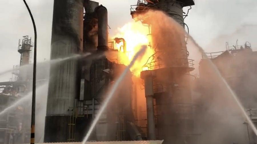 中油桃園煉油廠29日清晨發生氣爆火警,傳出爆炸巨響,消防局初查是加熱爐的爐管破裂起火燃燒,燃燒面積約50平方公尺。(桃園市政府消防局)