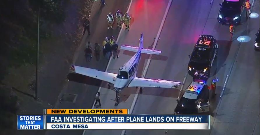 當地時間星期天(1月28日)晚上,一架小型飛機在美國加州洛杉磯南部高速公路上緊急降落,沒有撞到任何物體,也沒有造成任何人傷亡。(ABC新聞視像擷圖)