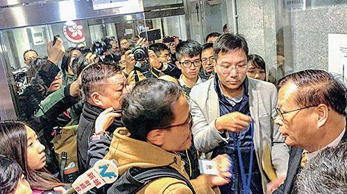 十名民主派東區區議員原擬在昨日大會提出討論DQ問題,但被幾名不明人士阻擋無法進入會場,準備旁聽的周庭也被攔下,會議最終流會。(趙家賢提供)