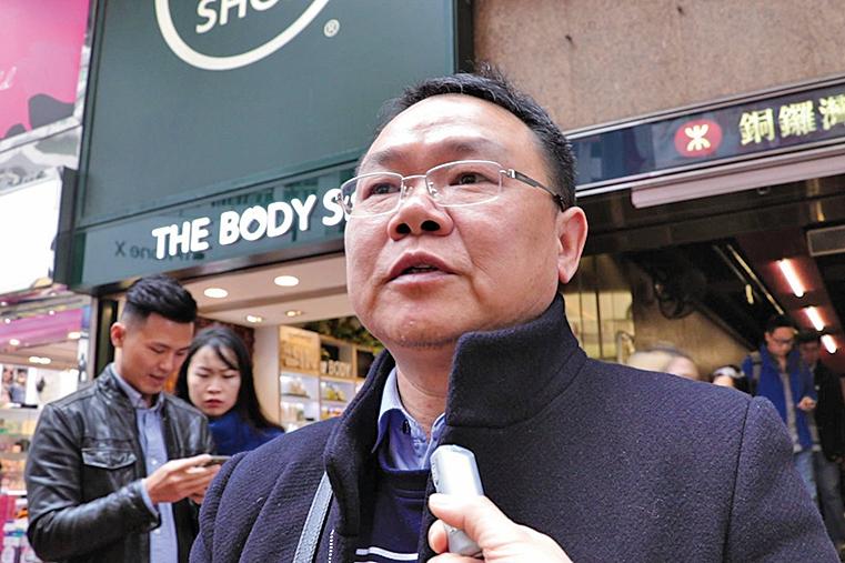 大陸遊客胡先生指青關會侮辱法輪功的「靈堂」應該「剷掉」。(大紀元資料圖片)