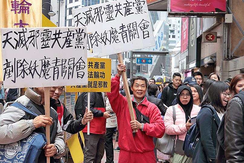 市民熊先生上周六到場抗議青關會滋擾法輪功真相點,破壞香港形象,直斥其是共產黨操縱的流氓土匪。(大紀元資料圖片)