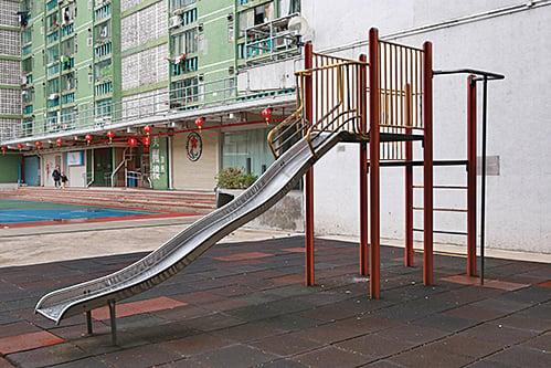 位於沙田美林邨的金屬滑梯。(陳仲明/大紀元)