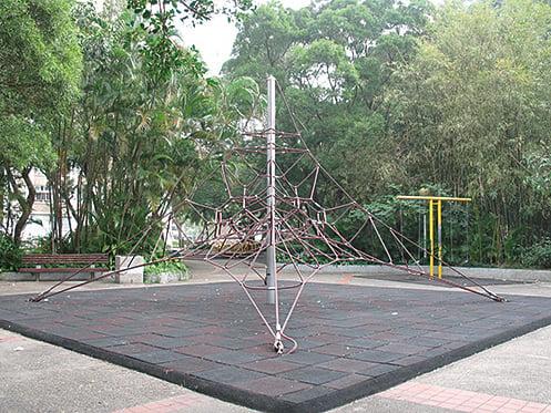 位於青衣青華苑接近2層樓高的繩網,攝於2008年。(陳仲明/大紀元)
