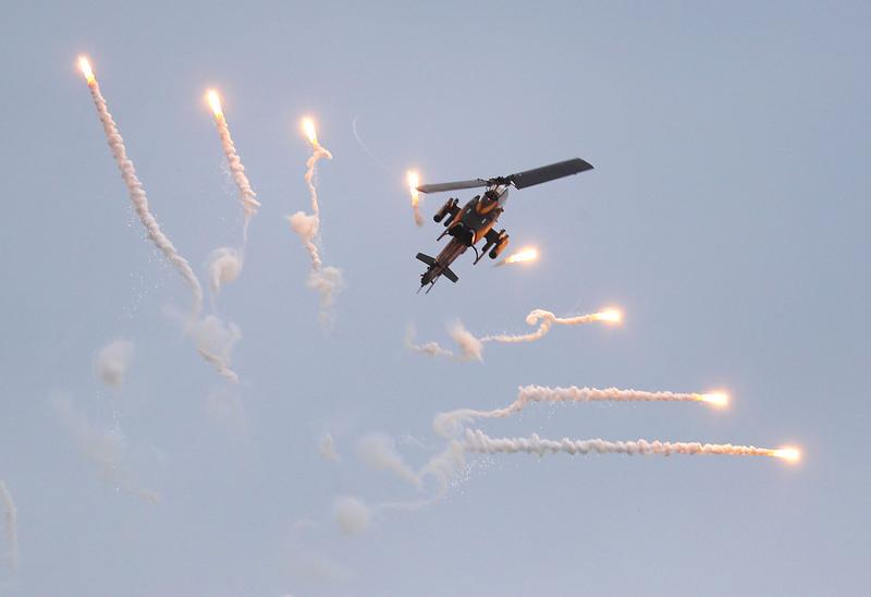 黃曆新年即將到來,國軍展現戰備能力,花東防衛指揮部30日模擬花蓮港遭到共軍襲擊,航特部出動AH-1W眼鏡蛇攻擊直昇機,發射熱焰彈反制敵軍追熱飛彈攻擊。(中央社)