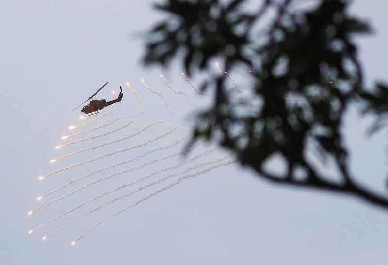 台灣花東防衛指揮部30日模擬花蓮港遭到共軍襲擊,航特部出動AH-1W眼鏡蛇攻擊直昇機,發射熱焰彈反制敵軍追熱飛彈攻擊,展現國軍戰備能力。(中央社)