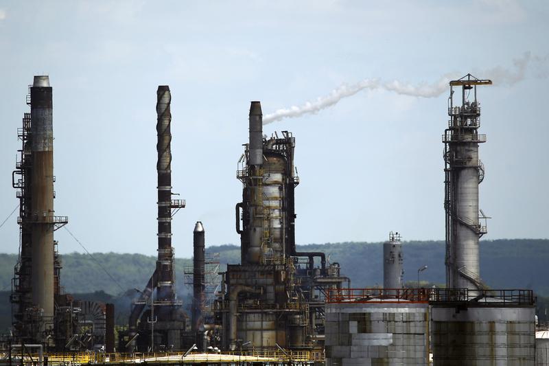 石油天然氣生產商埃克森美孚宣佈,未來五年將在美國投資500億美元。圖為埃克森美孚的煉油廠。(JOEL SAGET/AFP)