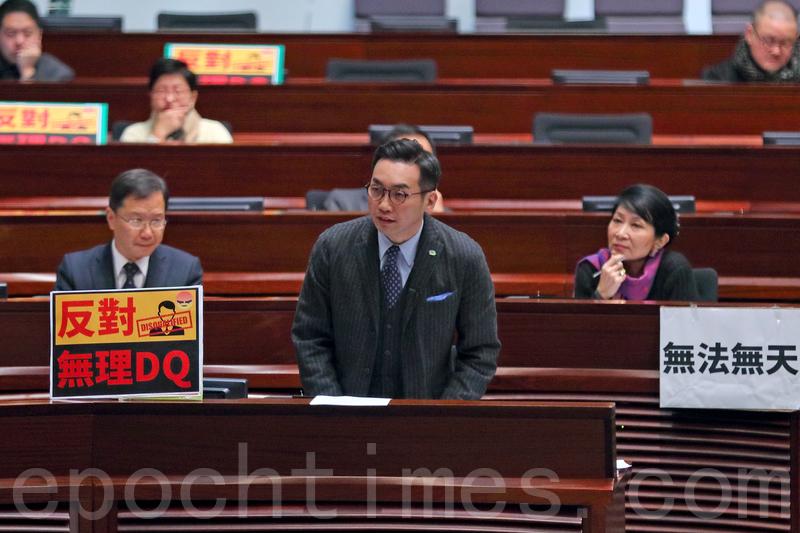 圖說:楊岳橋質疑政府一直宣稱DQ參選人是選舉主任獨立決定。(李逸/大紀元)