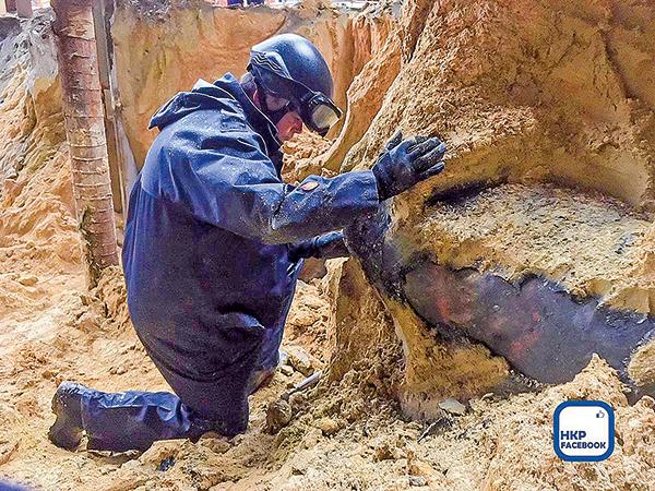灣仔沙中綫地盤再次發現戰時炸彈,警方爆炸品專家到場處理。(香港警察Facebook)