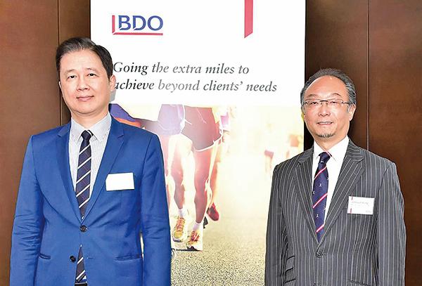 立信德豪董事楊文安(左)建議容許上市公司停牌3年。 圖右為立信德豪非審計部董事總經理江智蛟(威利/大紀元)