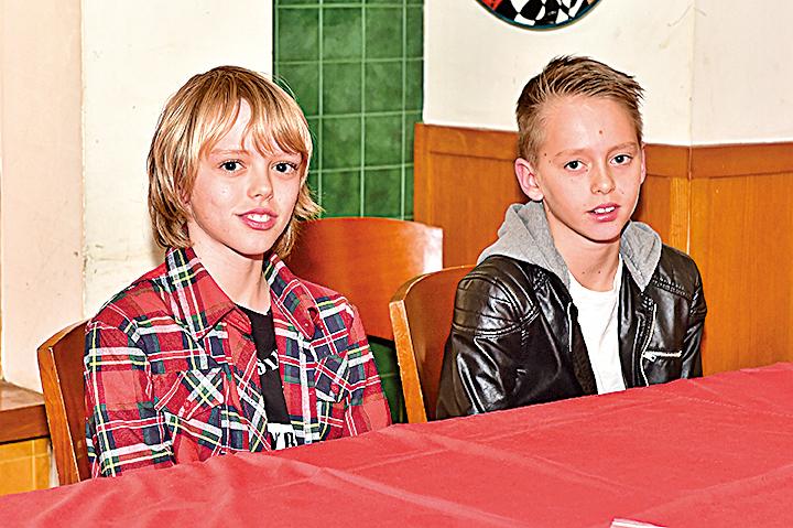 智新書院(Discovery College)的樂隊組合Case Sensitive成員:12歲的Saxon和10歲的Jarvis。(Bill Cox/大紀元)