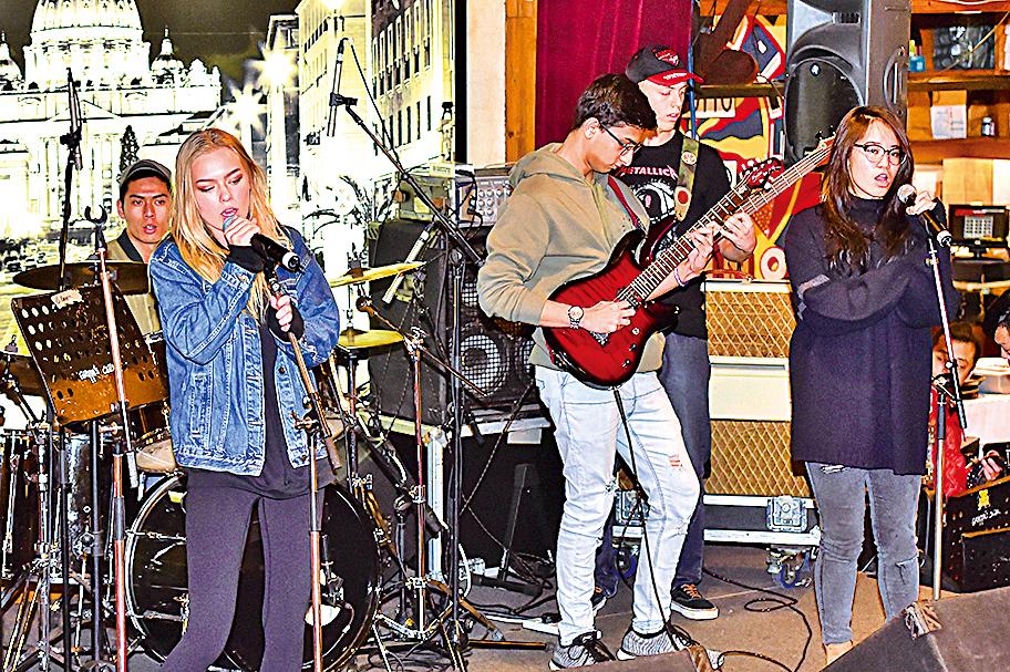 智新書院(Discovery College)的樂隊組合Sentimental Salad 在台上表演。(Bill Cox/大紀元)