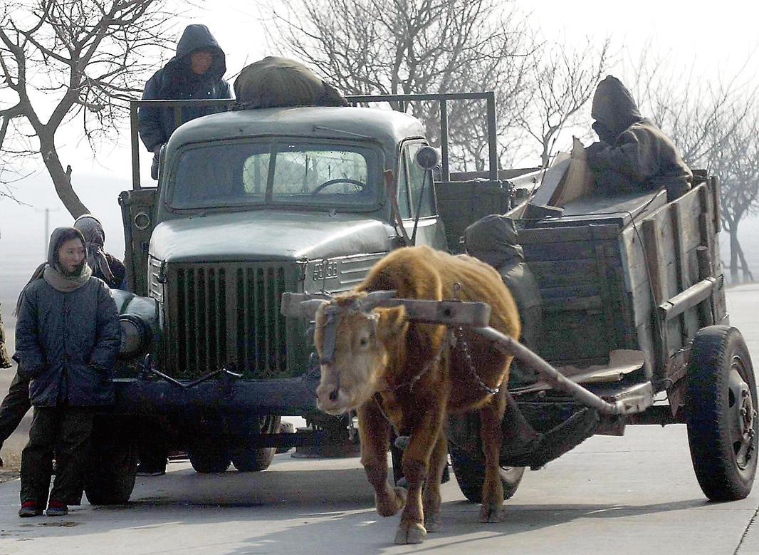 北韓近期的油價暴漲,1月價格已經漲至日本油價的兩倍左右,致使士兵棄用燃油卡車,而改用燃煤卡車或牛車。圖為示意圖。(AFP)
