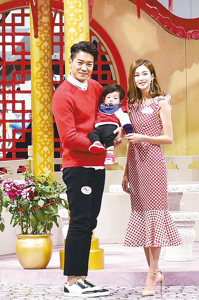 黎諾懿(左)首次帶兒子「小春雞」(中)出席活動;岑麗香(右)很喜歡小朋友,握著「小春雞」的手。(郭威利/大紀元)