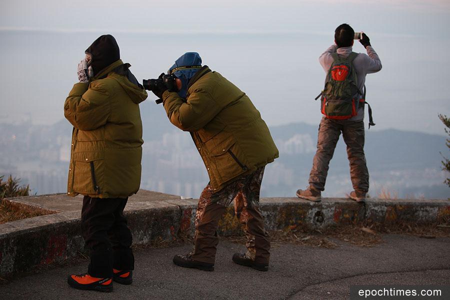 有市民專程上大帽山觀賞月光和日出,並感受寒冷天氣。(陳仲明/大紀元)