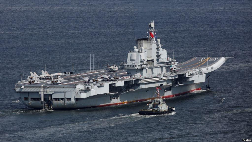 中共航空母艦遼寧號2017年7月7日早晨抵達香港。2018年1月17日台灣國防部表示,中共遼寧號航母編隊進入了台灣防空識別區。(美國之音)