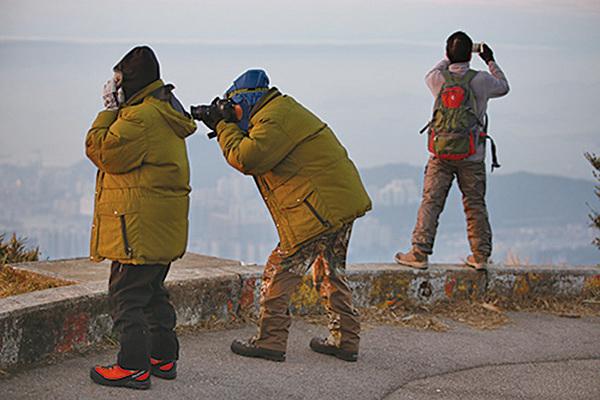 有市民昨日專程上大帽山觀賞日出,並感受寒冷天氣。(陳仲明/大紀元)