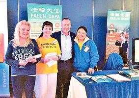 愛爾蘭健康展 政要名流參觀法輪功展位