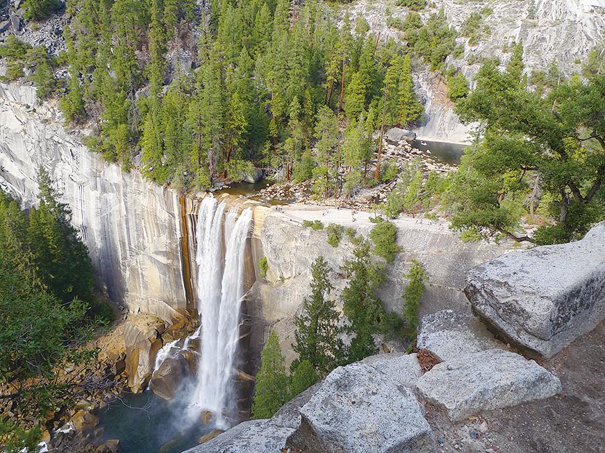 從山上俯瞰,此時視野內的Vernal瀑布變得很小。
