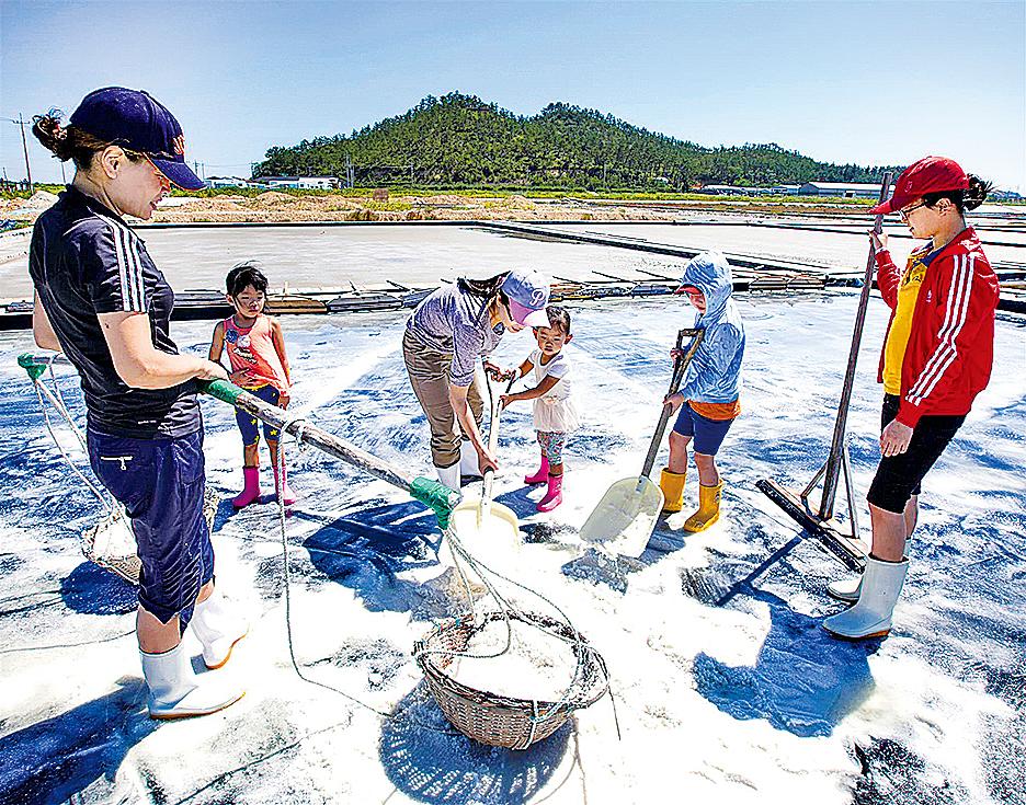 曾島的鹽田,於1950年左右開始生產,引海水到鹽田,讓海水鹽分的濃度經過快速的蒸發過程,迅速提升的方式製造而成,含豐富礦物質。當地不少休閒活動也跟海鹽有關。