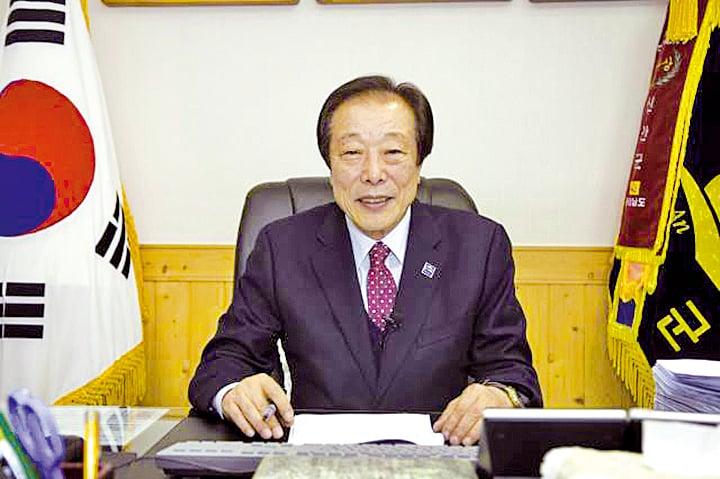 中國新年將至,南韓新安郡郡守高吉鎬祝願大紀元讀者2018年新年計劃的所有事情都順利完成,萬事亨通。(全宇/大紀元)