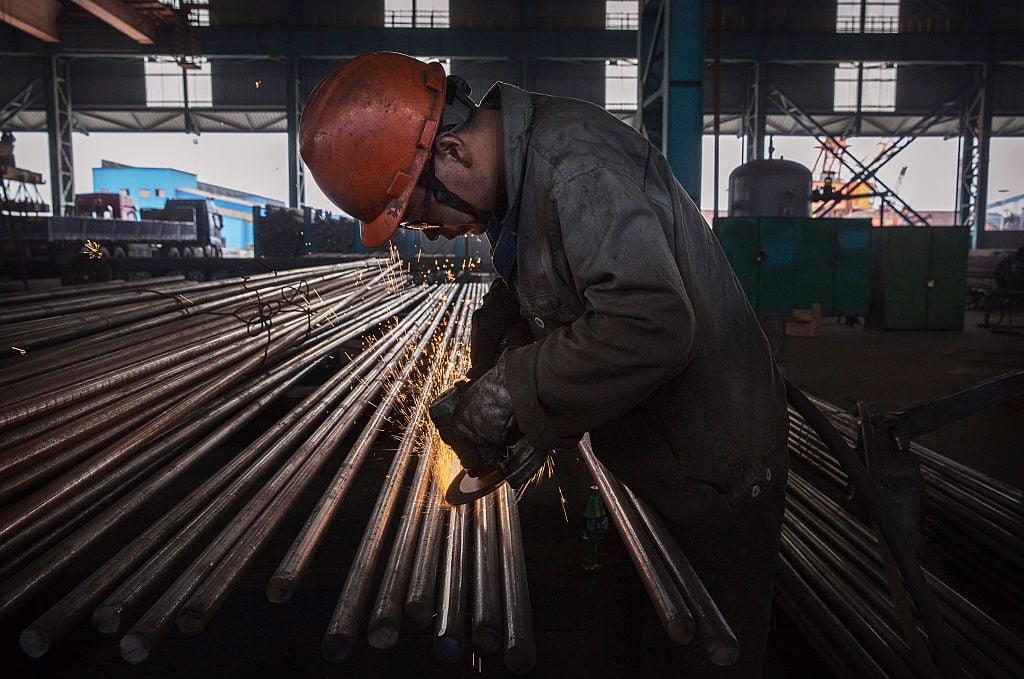 特朗普總統宣佈計劃對進口的鋼鐵和鋁徵收關稅時,只是粗略提到了中國。但中共是促使美國採取這一行動的主要因素。中國製造了大量鋼鐵和鋁,導致全球市場上充斥著廉價產品。圖為中國大陸鋼鐵廠。(Kevin Frayer/Getty Images)